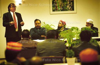 ZEB KHAN (links) LIJSTREKKER VAN DE ISLAMITISCHE PARTIJ, SPREEKT DE LEDEN TOE IN  DE REGENVALK; DEN HAAG 9 FEBRUARIE 2002; FOTO: NICO SCHOUTEN