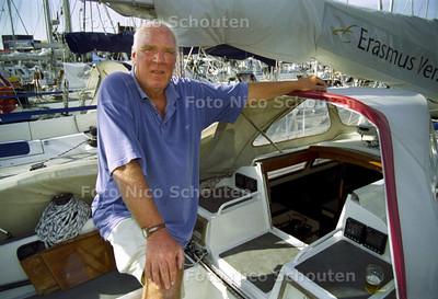 HR. J. VALSTER OP ZIJN BOOTJE; SCHEVENINGEN 16 AUGUSTUS 2001; FOTO: NICO SCHOUTEN