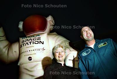 PREMIERE FILM SPACE STATION, OMNIVERSUM; MINISTER VAN OCW MARIA VAN DER HOEVEN EN ASTRONAUT ANDRE KUIPERS VOOR DE GIGA-ASTRONAUT DIE VOOR HET OMNIVERSUM STAAT; DEN HAAG 1 OKTOBER 2002; FOTO: NICO SCHOUTEN