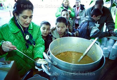 CDA DEELT SOEP UIT OP DE HAAGSE MARKT; DEN HAAG 19 JANUARI 2002; FOTO: NICO SCHOUTEN
