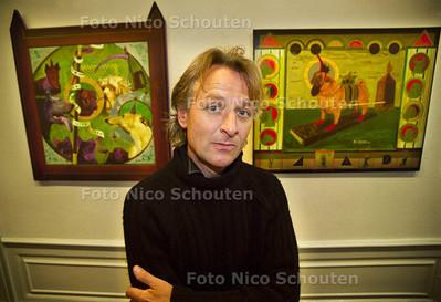 KUNSTENAAR JEROEN VAN MERWIJK VOOR ZIJN WERK IN DE PULCHRI STUDIO; DEN HAAG 27 JANUARI 2002; FOTO: NICO SCHOUTEN