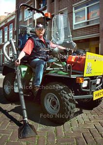 HECTOR DE HONDENPOEPZUIGER OF DROLLENZUIGER, (ZEG MAAR GEWOON HECTOR ! ) BUURTBEHEER ZEEHELDENKWARTIER - DEN HAAG 16 MEI 2002; FOTO: NICO SCHOUTEN