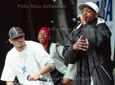 """HIP-HOPFESTIVAL OP DE HOFPLAATS. DE """"RAP CLASS"""", RAPPERS IN OPLEIDING, TROKKEN VEEL BELANGSTELLING; DEN HAAG 6 JULI 2002; FOTO: NICO SCHOUTEN"""