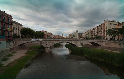 A softer view of the Girona bridge.