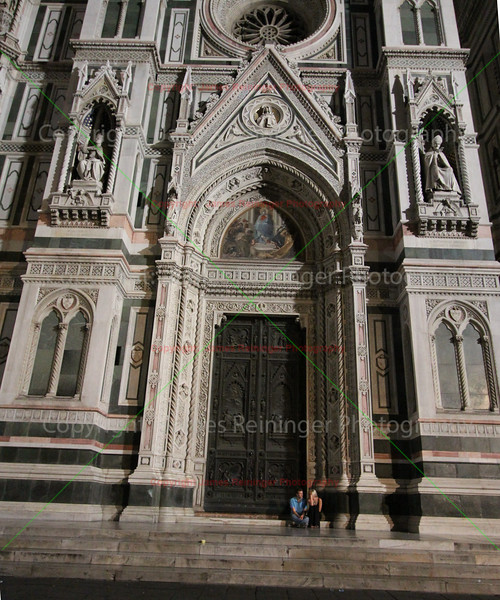 Lovers in front of the doors of the Duomo