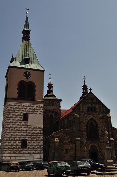 renesanční věž, kostel sv Štěpána a socha sv. Jana Nepomuckého - to vše na náměstí v Kouřimi