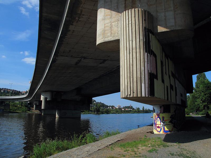Barrandovský most v srpnovém odpoledni