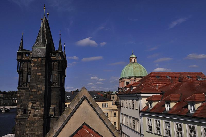 Pohled ze Staroměstské vodárenské věže na chrám Křížovníků a Staroměstskou mosteckou věž
