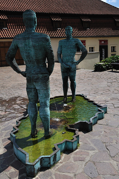 Pissing men - a sculpture from David Černý