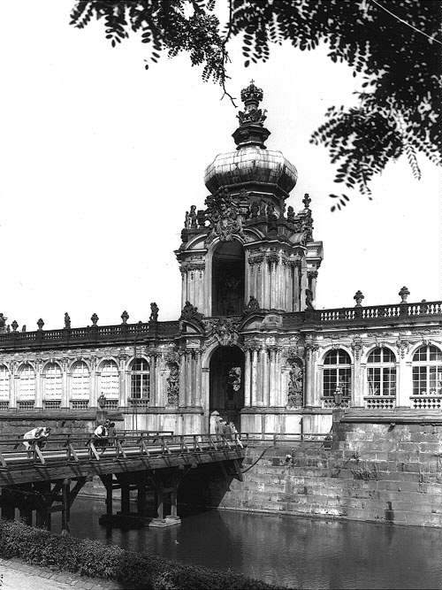 Zwinger Crown Gate 1967