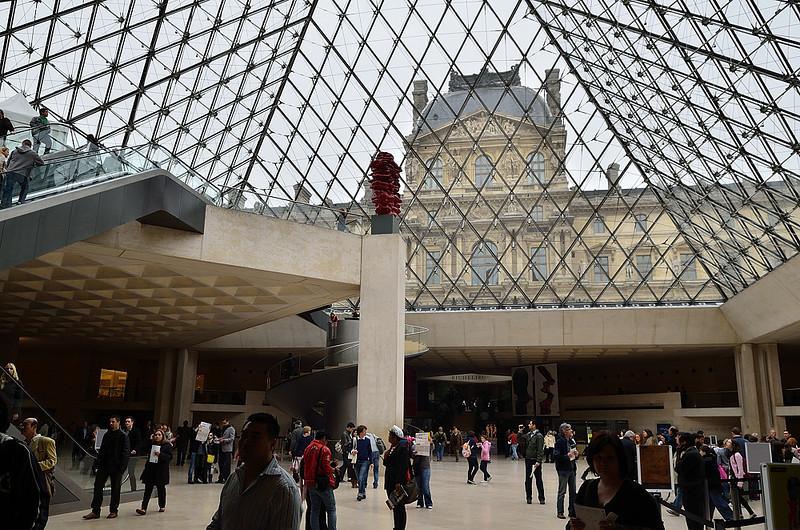 vstup do i východ z galerie je i z tohoto skleněného jehlanu, který byl vybudován za vlády prezidenta Mitteranda