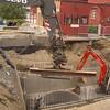 Her er hullet på nabotomta, ved der det for ikke lenge siden sto en kirke i mur. En liten gravemaskin blir assistert av en stor.