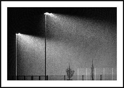Schneefall bei Flutlicht