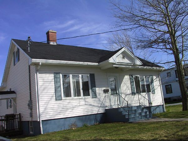 FRONT OF THE HOUSE BEFORE THE DECK CONSTRUCTION