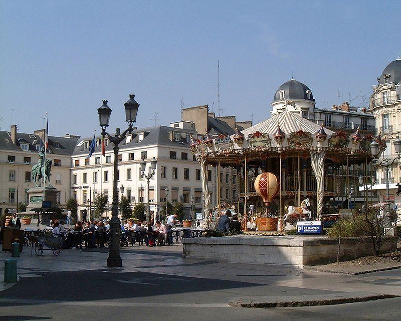 Orleans   Place de martroi<br /> Bessa R   21 mm<br /> fuji 400