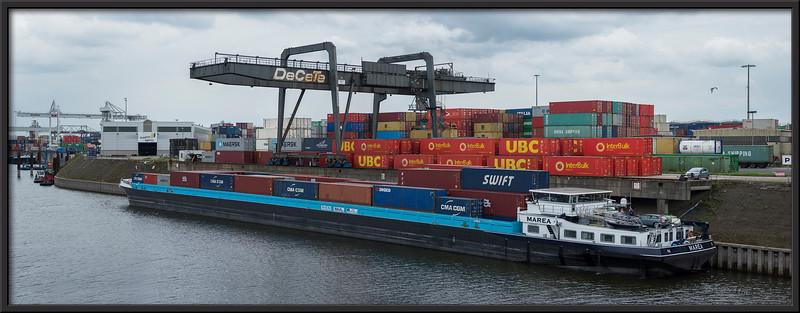 Containerschiff bei der Beladung
