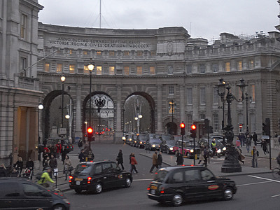 """Admiralty Arch in the southwest corner of Trafalgar square - it's the gateway from the square to the mall (the processional road running along St. James park ... not the shopping mall you American twits).  The transcription reads: """"In the tenth year of the reign of King Edward VII, to Queen Victoria from a grateful nation, 1910""""  Again... from the top of the tour bus... whoo hoo my fingers were cold."""