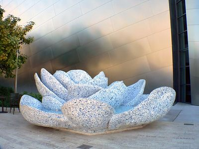 A tribute fountain by architech Frank Gehry to Lillian Disney, who was the driving force in creating the hall. She was an avid gardener and collector of Delft china; so he created a rose-shaped fountain covered with a mosaic of Delft patterned china.