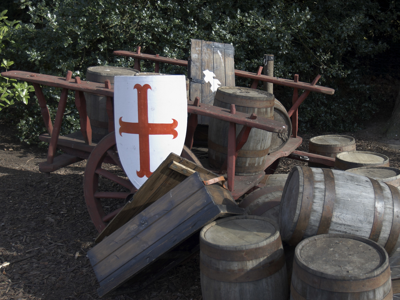 Yipes! It would appear that our cart full of goodies has been ransacked by vandals!  Note the cross of England and the Warwick emblem (the thing that vaguely looks like the stock of an arrow) on the shields.