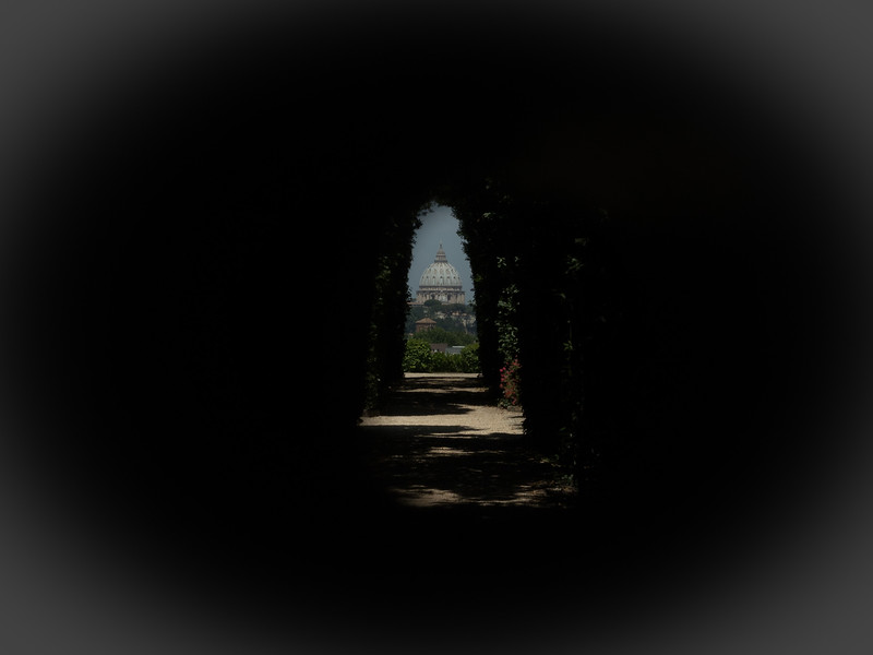No that's not a vignette added to an image in photoshop, this photo was taken through a keyhole   That's right, this photo of St. Peters Basilica in Rome was taken through the keyhole of a door located the site of an ancient palace that once belonged to the Knights Templar.