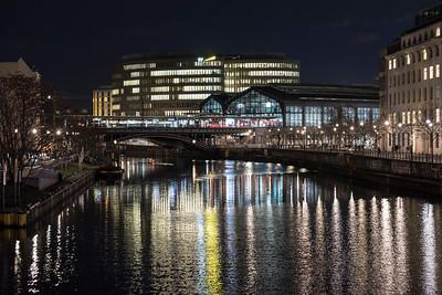 Abends am Bahnhof Friedrichstraße, Berlin