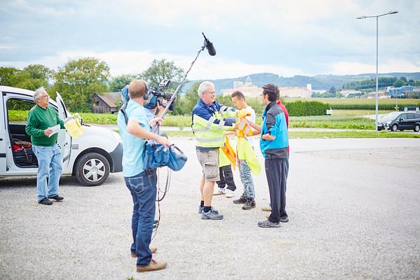 ORF-Dreh für die ZIB2 am Montag, 22. August: Wirtschaftshof-Leiter Martin Ilck verteilt Warnwesten an die Arbeiter.<br /> Foto: Stadt Melk / Gleiß