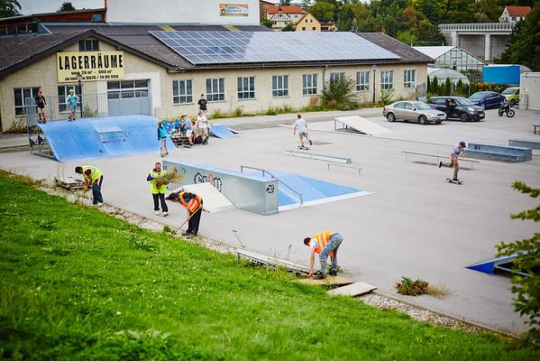 ORF-Dreh für die ZIB2 am Montag, 22. August: Säuberungsarbeiten beim Scaterplatz neben dem Jugendzentrum c:me.<br /> Foto: Stadt Melk / Gleiß