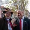 """Wolfgang Gruber (links) und der Darmstädter Oberbürgermeister Walter Hoffmann am 20. November 2010 am Rande der Doppel-Vernissage mit Photographien von Christoph Rau: Portraits der """"Gesichter"""" hinter den """"Glanzlichtern"""" und Druckbögen zum Fotobuch EISENBAHNMUSEUM DARMSTADT-KRANICHSTEIN, Martinsviertel Darmstadt (Lindberg und Schloßgartencafé)"""