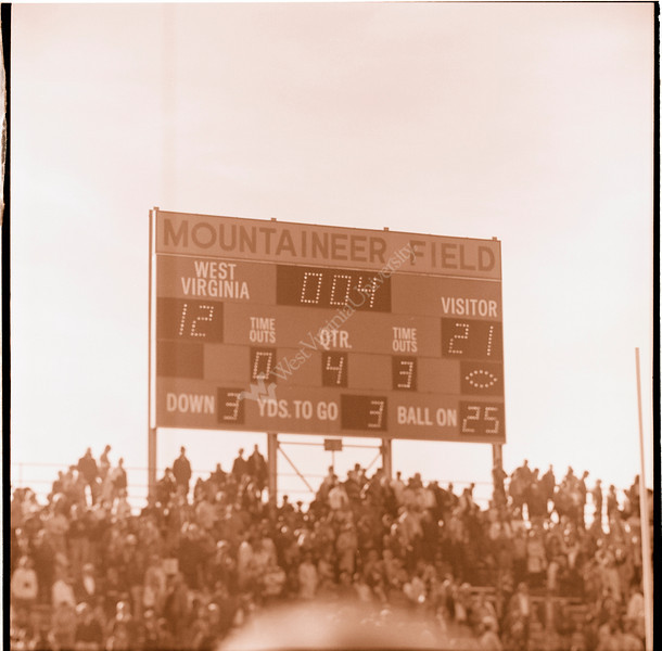 ARa3145-fans and scoreboard 1