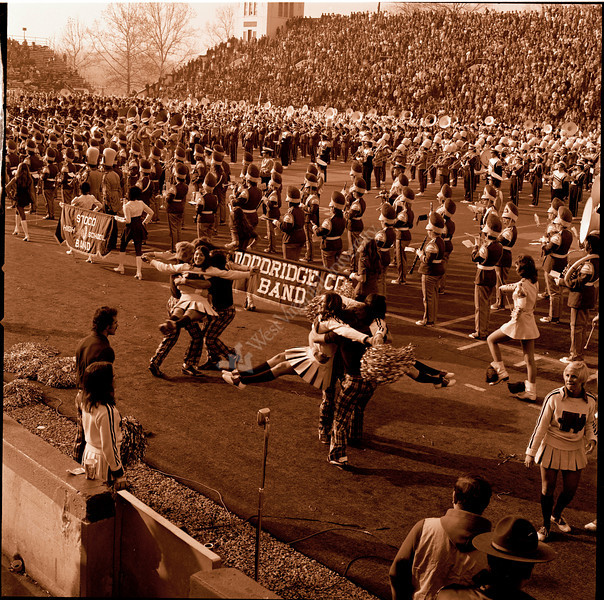 ARa3135-cheerleaders and band 3