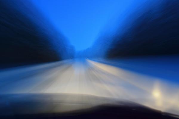 Bilfärd på 348:an i snön -  Pov shot through the windscreen of a car driving on a snowy country lane at dusk