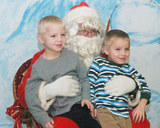 WARREN DILLAWAY / Star Beacon<br /> SANTA POSES with Aden (left), 6, and Jacob, 5, Rogers Saturday morning during the Breakfast with Santa at Edgewood High School.