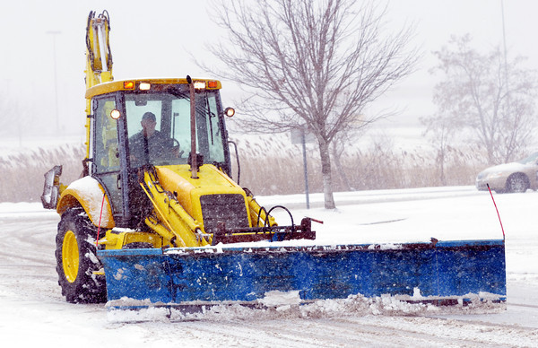 WARREN DILLAWAY / Star Beacon<br /> A SNOW plow clears the Super Kmart parking lot in Ashtabula Township on Thursday morning.