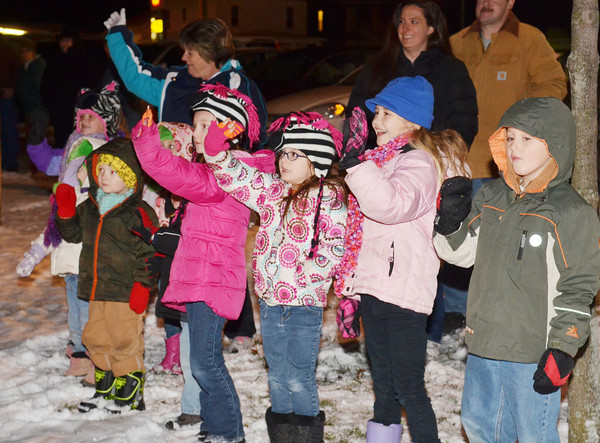 WARREN DILLAWAY / Star Beacon<br /> CHILDREN BRAVED cold temperatures to watch the Jefferson Christmas Parade on Saturday evening.