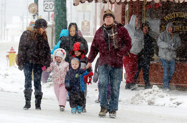 WARREN DILLAWAY / Star Beacon<br /> FAMILIES LEAVE downtown Geneva after the Winterfesst Parade on Saturday afternoon.