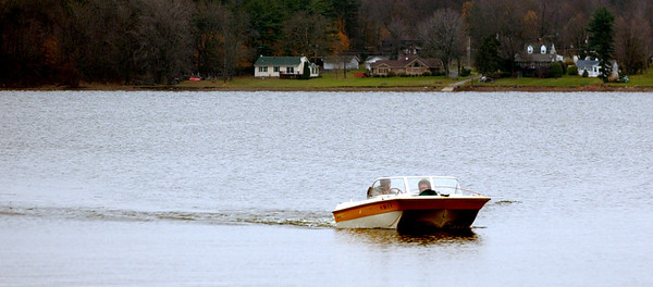 WARREN DILLAWAY / Star Beacon<br /> LATE SEASON boaters end a trip on Pymatuning Lake Resevoir in Andover Township Tuesday.