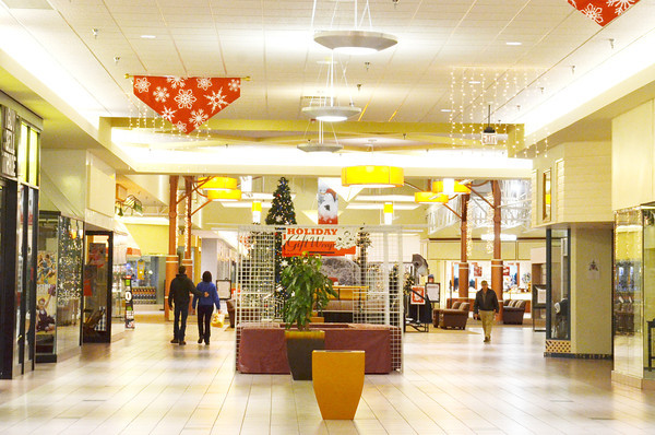 WARREN DILLAWAY / Star Beacon<br /> ASHTABULA TOWNE Square opened at Midnight on Friday and by 7 a.m. crowds had slowed.