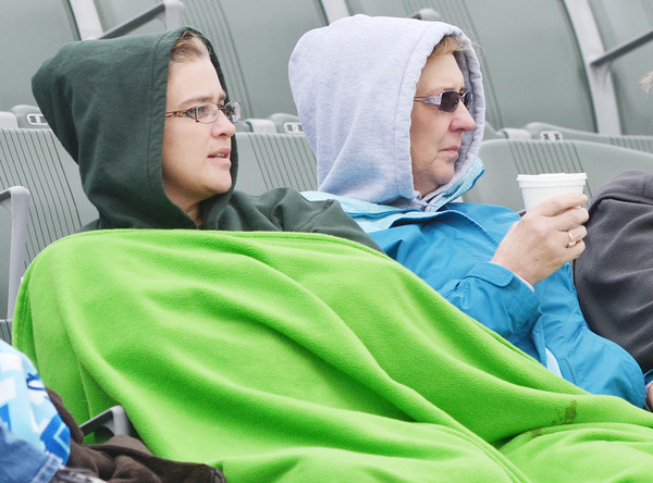 WARREN DILLAWAY / Star Beacon<br /> DAWN COCHRAN (left) and Carol Lovas try to stay warm while watching an Edgewood vs. Lakeside girls soccer match on Moday.