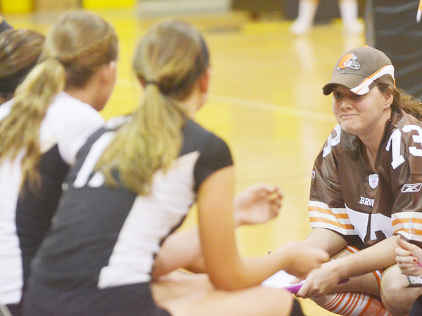 WARREN DILLAWAY / Star Beacon<br /> BRANDY THOMAS, Riverside volleyball coach, talks to her team on Thursday night during a home match with Geneva.