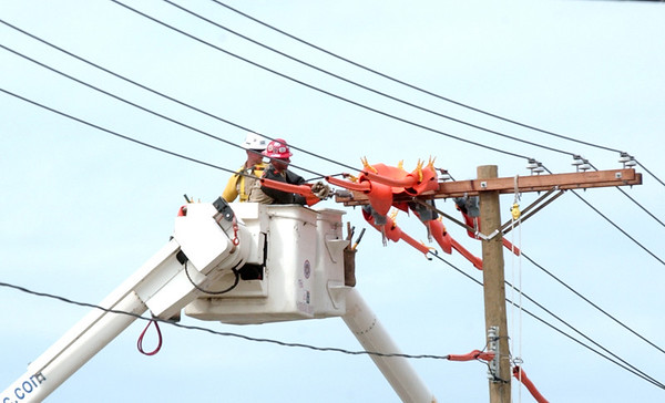 WARREN DILLAWAY / Star Beacon<br /> CREWS FROM J.W. Didado work amidst utility lines along West Avenue in Ashtabula Thursday afternoon.