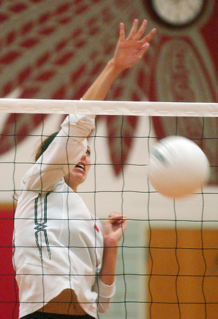 WARREN DILLAWAY / star Beacon<br /> KATIE THOMAS of Edgewood spikes the ball Tuesday night during a home match with Lakeside.