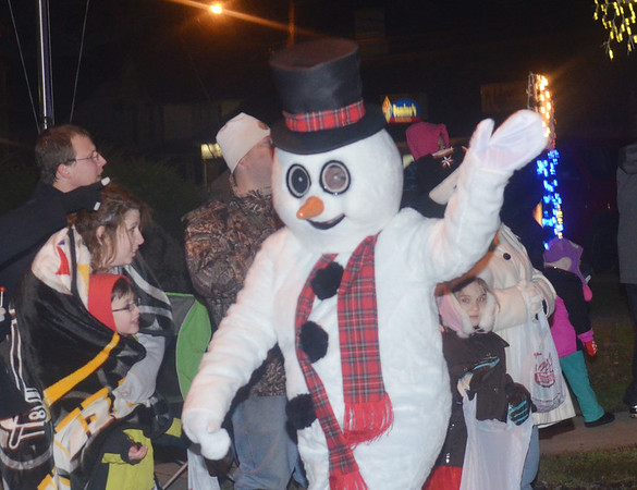 WARREN DILLAWAY / Star Beacon<br /> FROSTY THE SNOWMAN greetttts people during the Jefferson Christmas Parade on Saturday in Jefferson.