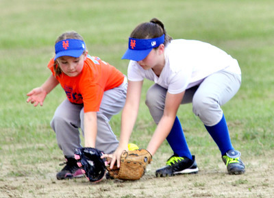 WARREN DILLAWAY / Star BeacoN MADDIE BOVEE (left) and Mets teammate Kylie Burke work together to field a Saybrook Minor League game with the White Sox on Tuesday evening.