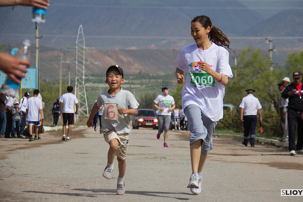 An extra contestant at the 'RUN the Silk Road' marathon.