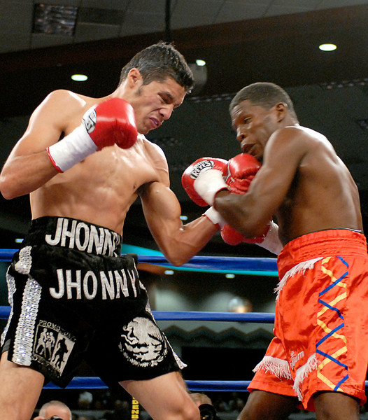 (3.30.2007 - Desert Diamond Casino)  Jhonny Gonzalez connects with an uppercut to Irene Pacheco in their WBO Bantamweigh Championship bout.