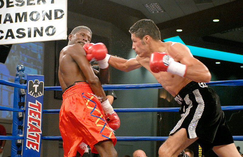 (3.30.2007 - Desert Diamond Casino)  Jhonny Gonzalez lands a right to the head of Irene Pacheco in the 6th round of their WBO Bantamweight bout.