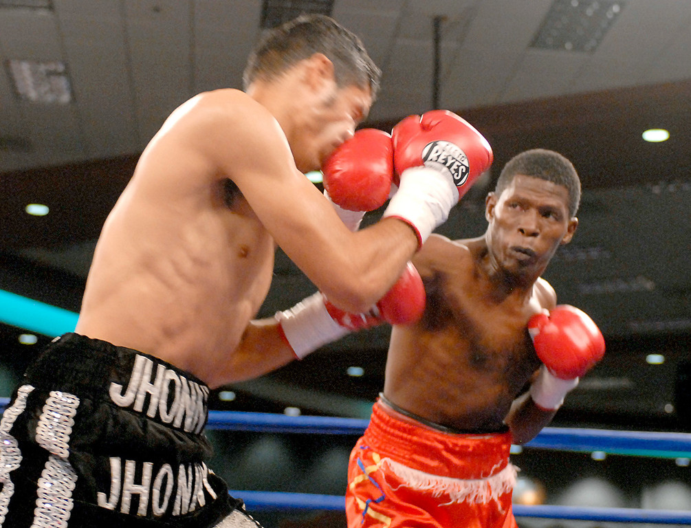 (3.30.2007 - Desert Diamond Casino)  Irene Pacheco scores against Jhonny Gonzalez early in their WBO Bantamweight Championship bout.