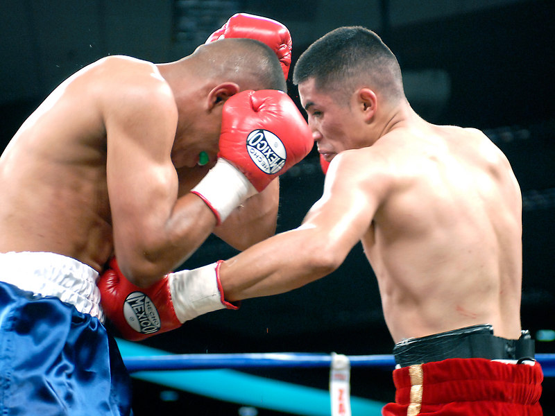 (3.10.2006 --- Desert Diamond Casino)  Juan Garcia lands a blow to the midsection of Raul Montes in the 2nd round of their 4 round bout.