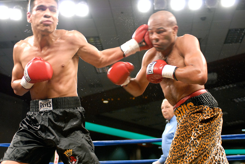 (3.10.2006 --- Desert Diamond Casino)  Arturo Morua scores on Emanuel Augustus in the WBO Intercontinental Junior Welterweight Championship bout.