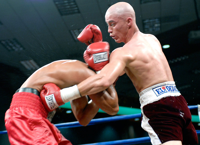 (3.10.2006 --- Desert Diamond Casino)  Ivan Valle scores to the mid-section of William Morelos in the 4th round of their 10 round bout.